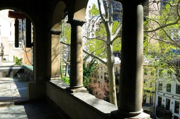 Mary_Kate_Olsen_Olivier_Sarkozy_new_home_balcony